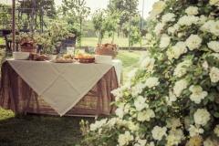 rose e tavola imbandita